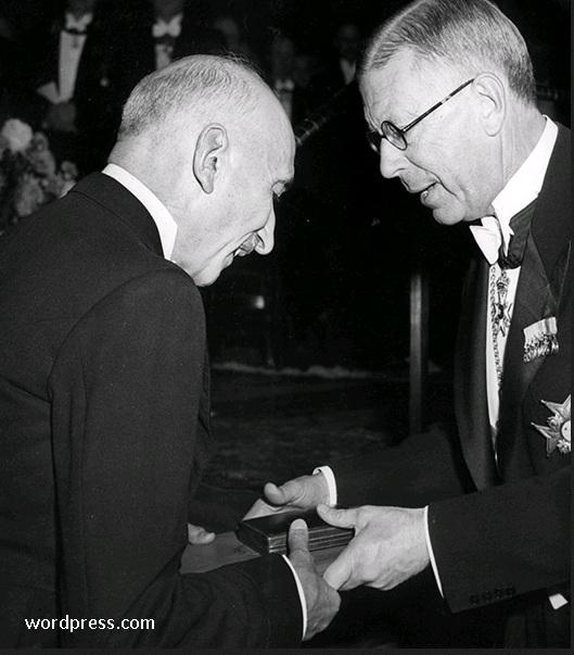 Gambar: Mauriac menerima hadiah nobel