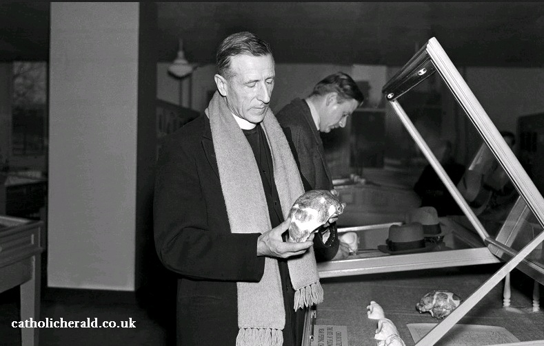 Gambar: Pierre Teilhard de Chardin memegang tengkorak