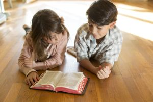 Gambar: mengajar Injil