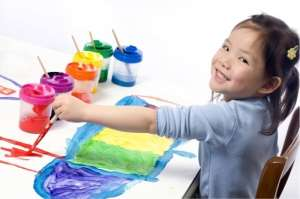 Gambar: Anak sedang melukis
