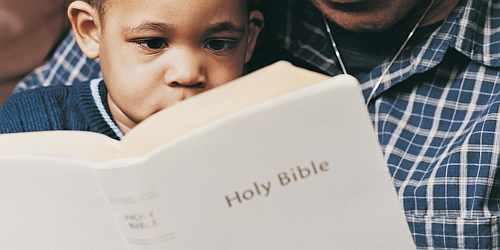 Gambar: Orangtua mengajarkan anak-anak mereka tentang Allah melalui Alkitab.