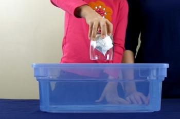 Gambar: Gelas berisi handuk yang dimasukkan di dalam air