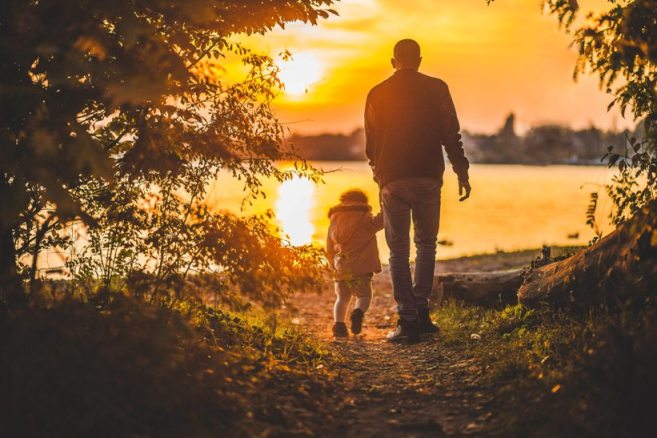 Gambar: Mengajak anak berjalan-jalan.