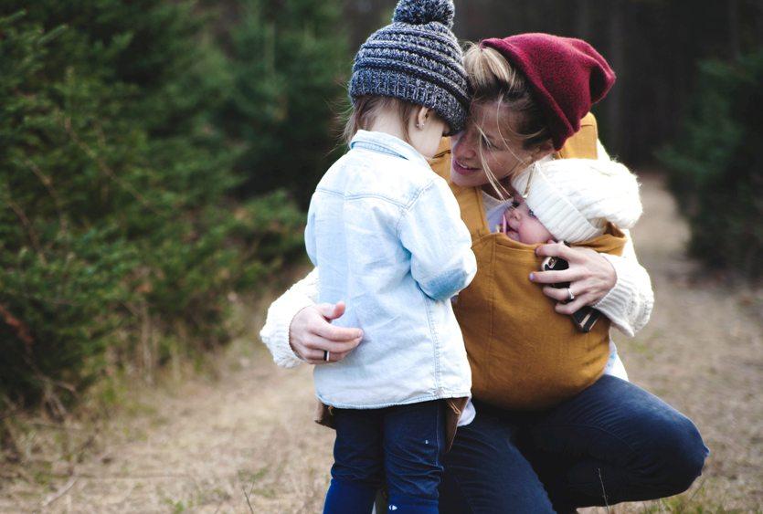 Gambar: Ibu yang menenangkan anaknya.
