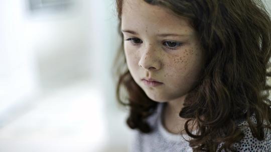 Gambar: Anak perempuan yang termenung.