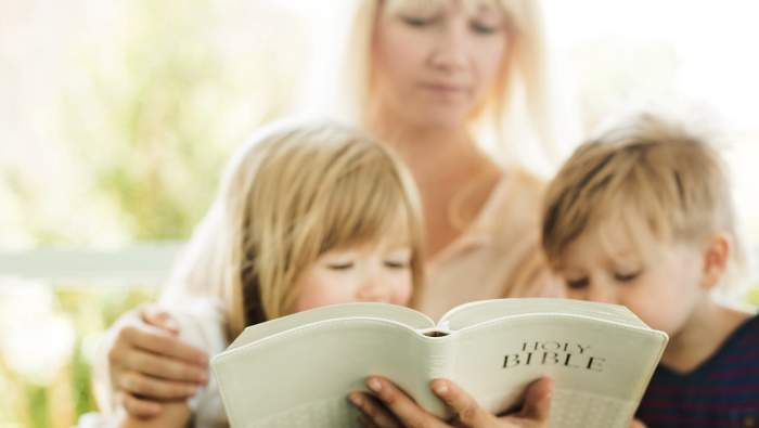 Gambar: Ibu dan anak membaca Alkitab.