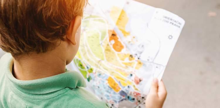 Gambar: Anak dan peta.