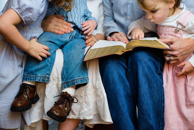 Gambar: Keluarga membaca Alkitab.