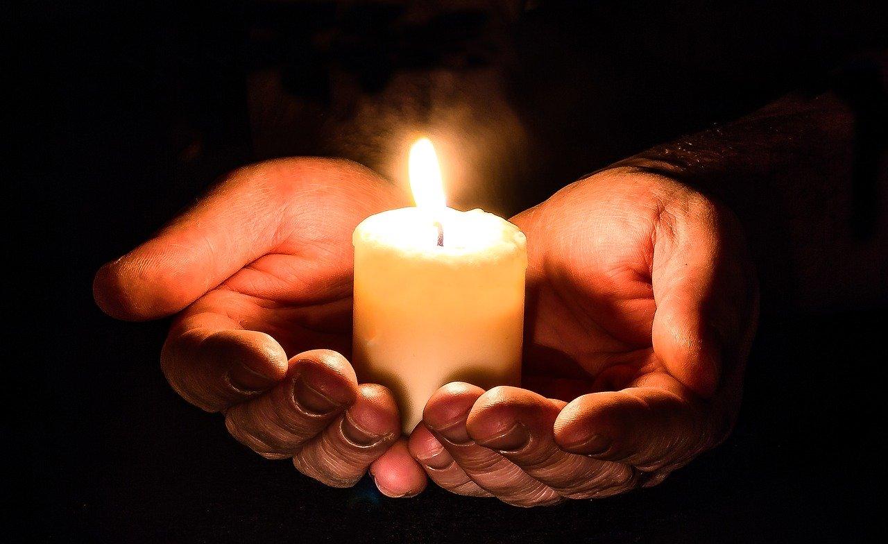 Gambar: Hands Candle
