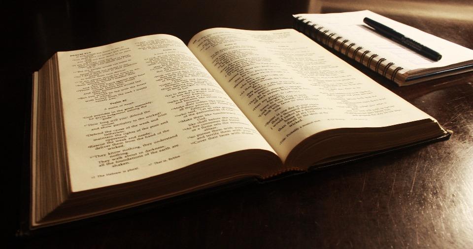 Gambar: Alkitab dan menulis