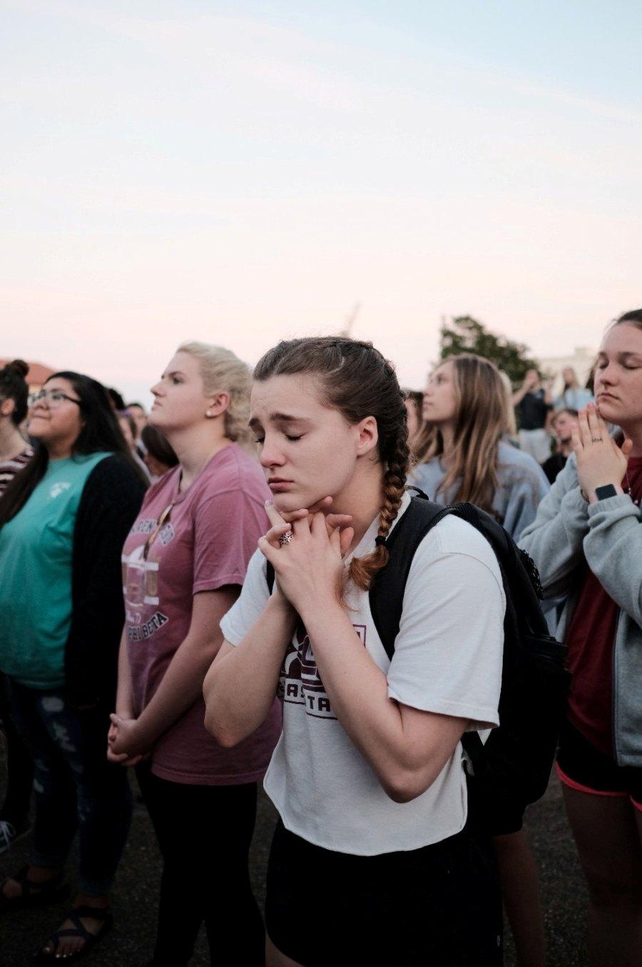 Remaja berdoa.