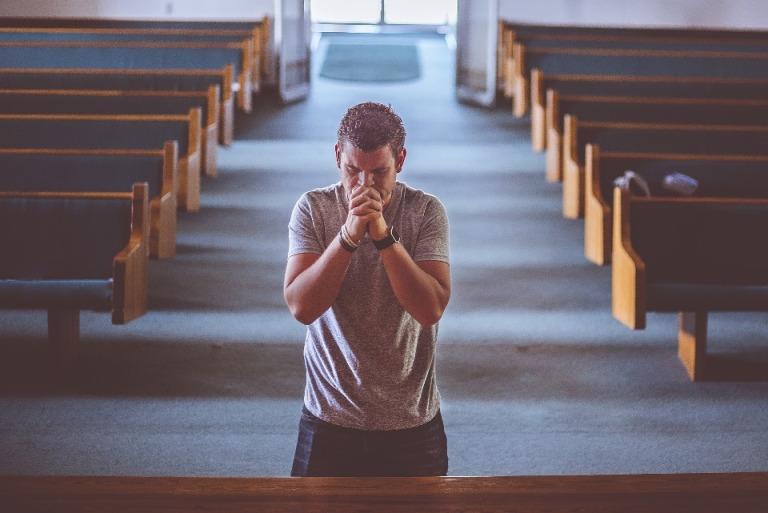 Gambar: Berdoa di gereja