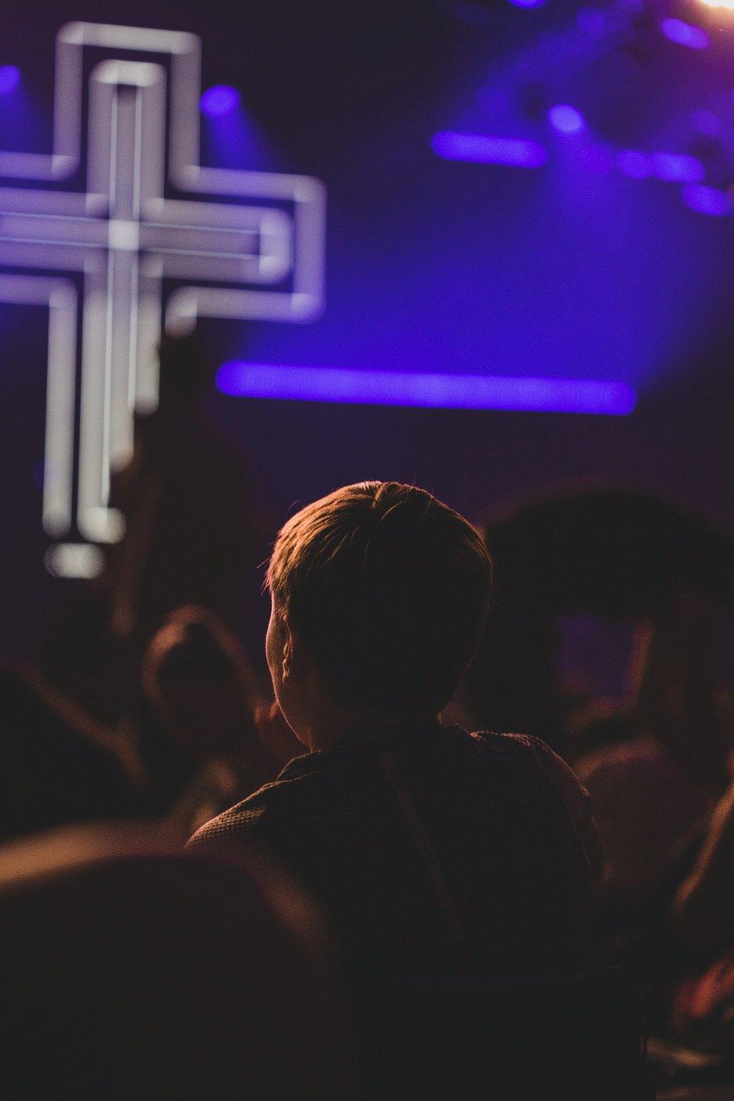 Gambar: Remaja di gereja