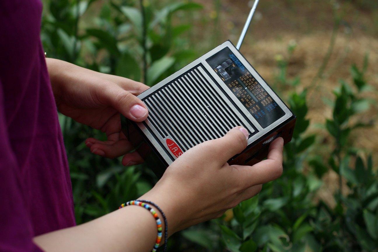 Remaja mendengarkan radio.