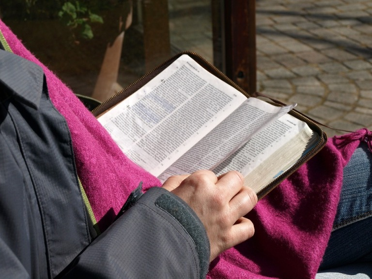 Membaca Alkitab.