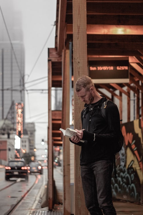 Lelaki Membaca Buku