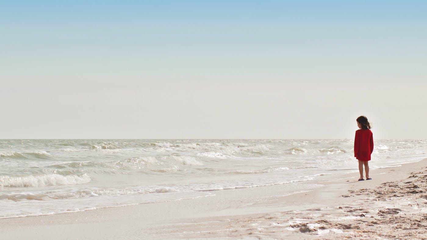Anak di pantai