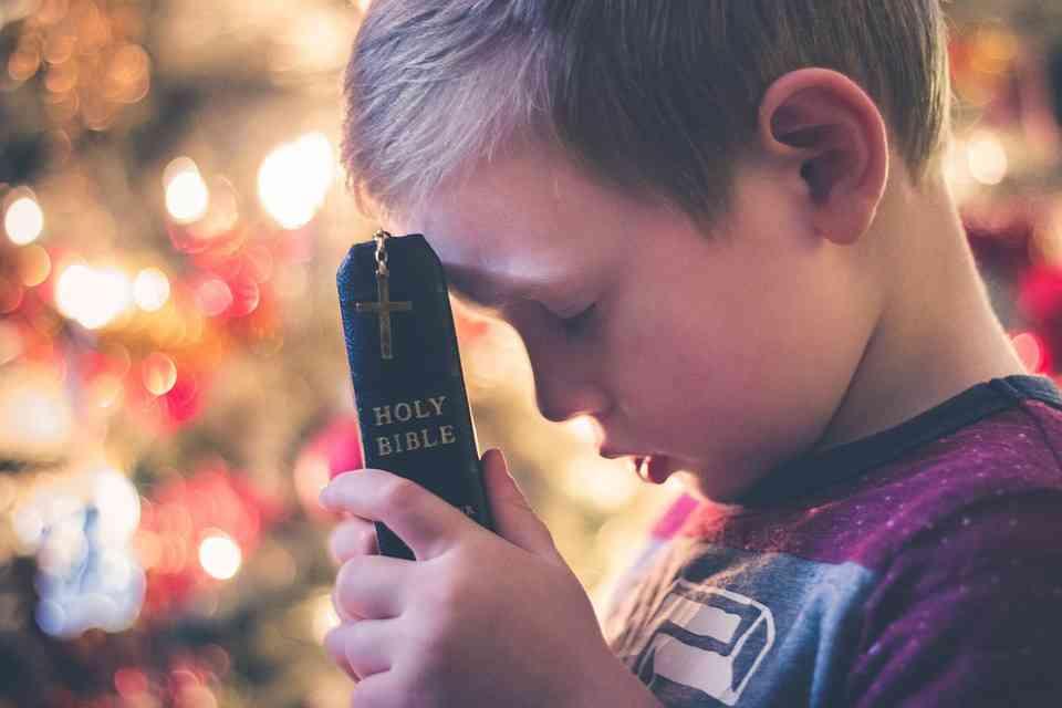 Anak memegang Alkitab