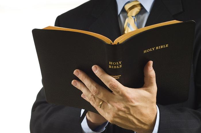 Gambar: Pendeta membuka Alkitab