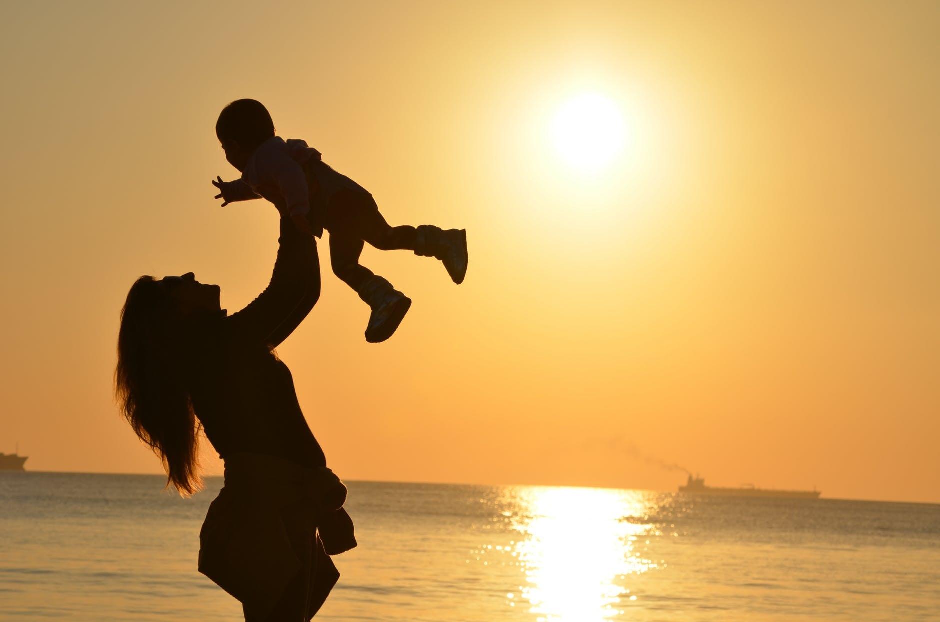 Gambar: Ibu Mengangkat Anaknya