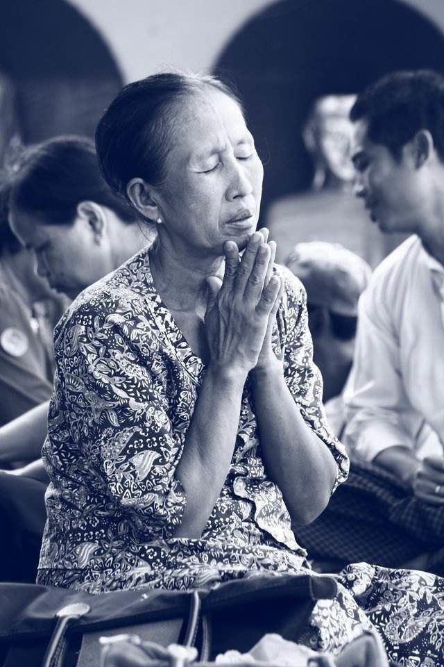 Wanita Asia berdoa
