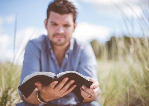 Baca Alkitab.