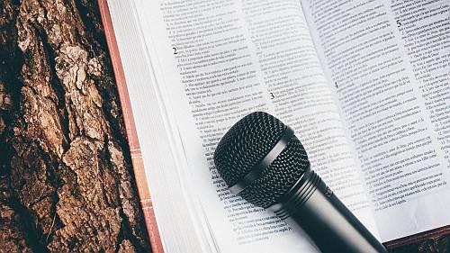 Gambar: Alkitab dan Mic