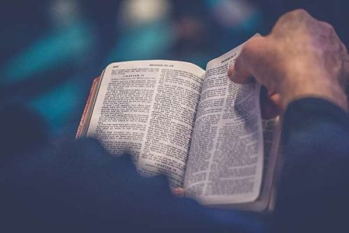 Gambar: Membaca Kitab Suci