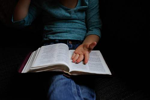 Gambar: Menerangkan Firman Tuhan