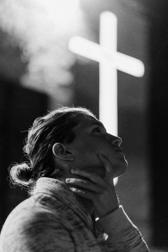 Gambar: Orang dan salib