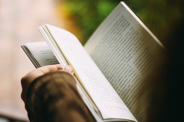 Mempelajari sastra