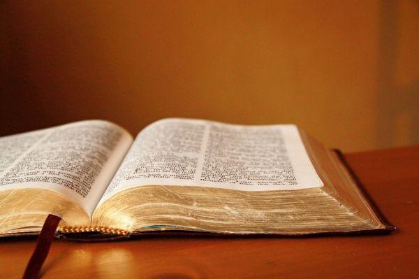 Alkitab terbuka.