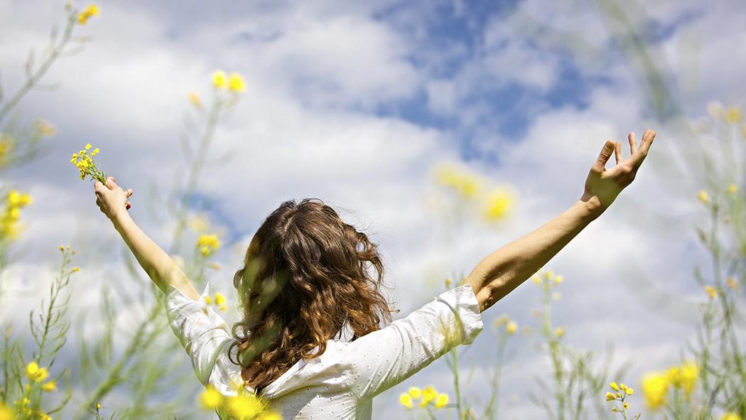Wanita di antara bunga