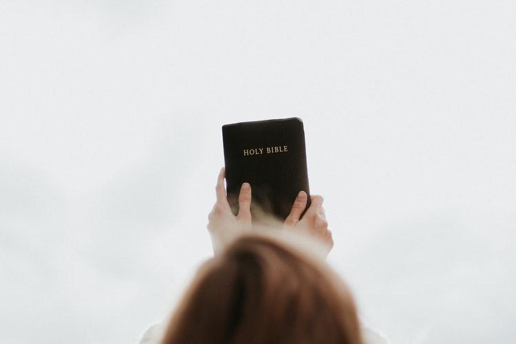 Mengangkat Alkitab
