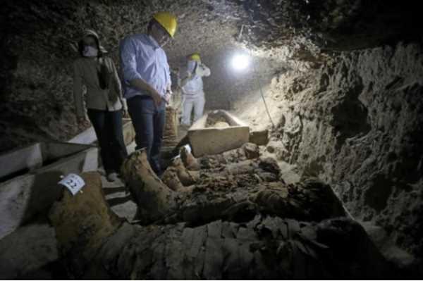 Gambar: Menteri Kepurbakalaan Mesir, Khaled Al-Anani, berada di dalam situs pemakaman yang baru ditemukan di Miya, Mesir pada 13 Mei 2017.