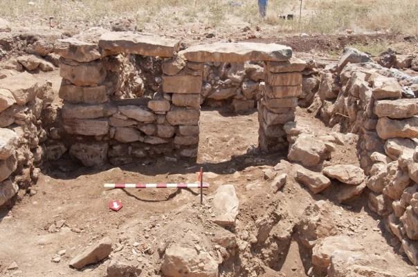 Ruang kandang kuda dalam rumah abad ke-1 di Khirbet el-Maqatir