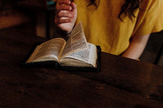 Gambar: Membaca Alkitab