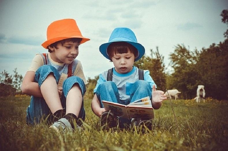 Anak membaca