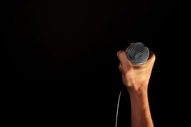 Penyanyi Bermasker dan Komuni Mandiri?